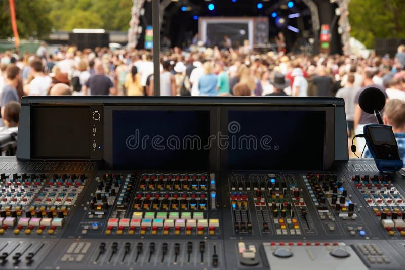 声音和照明设备书桌在一个室外节日音乐会 图库摄影