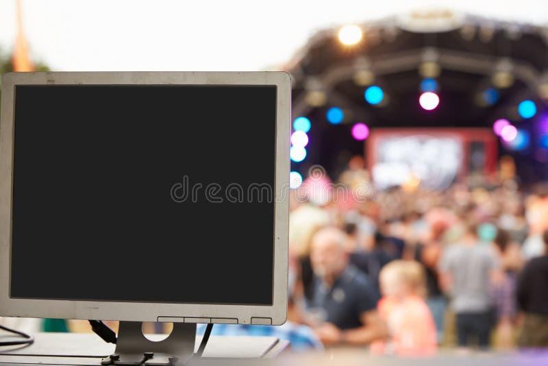 声音和照明设备在一个室外节日音乐会 免版税库存图片