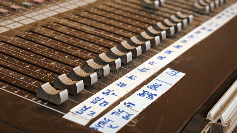 声音渠道的音频混合的书桌在节日的一个生活带音乐会的 免版税库存照片