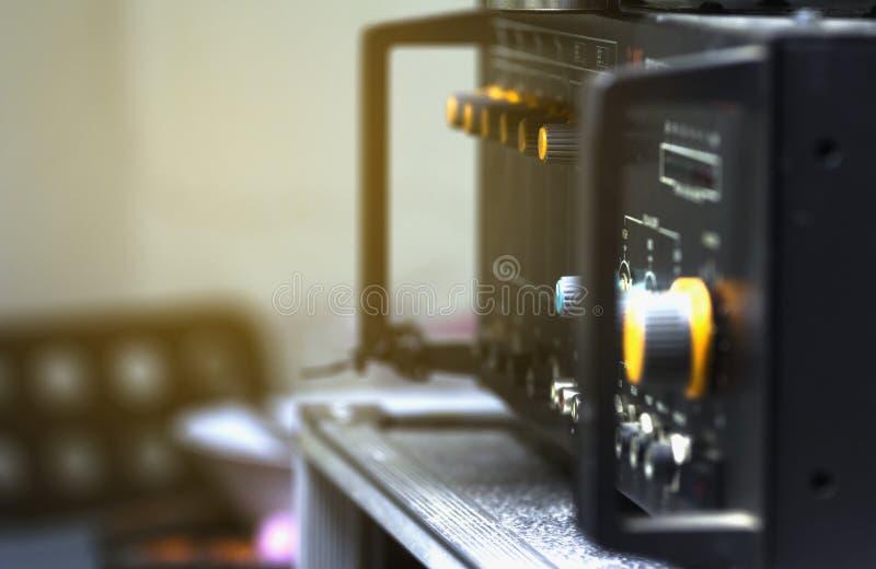 声频放大器的橙色音量控制 免版税库存图片