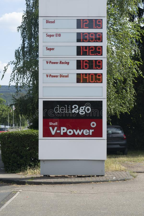 壳加油站价格在欧元 免版税图库摄影