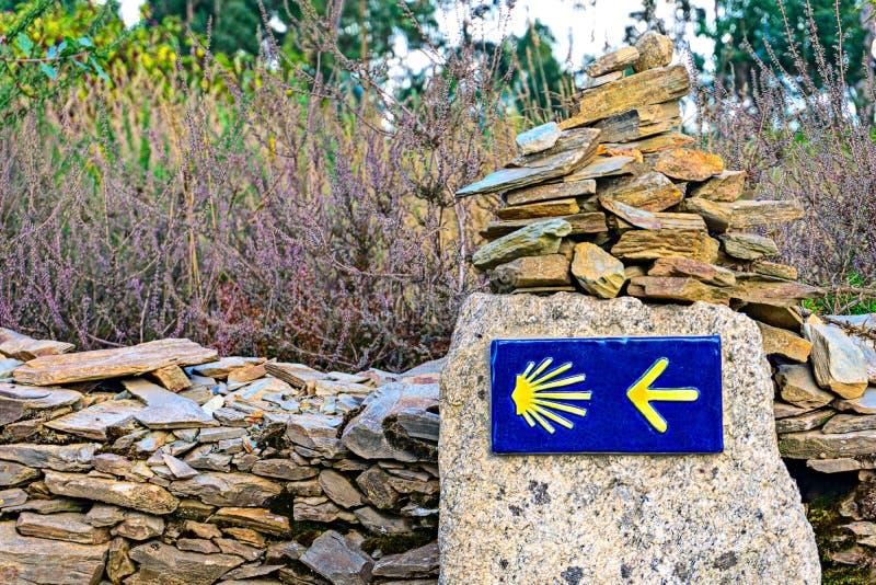 壳古老香客路线标志和箭头圣詹姆斯方式  免版税库存照片
