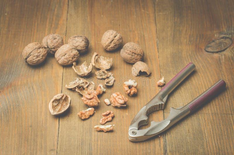 ?? 壳和胡桃钳在木背景 r 库存照片
