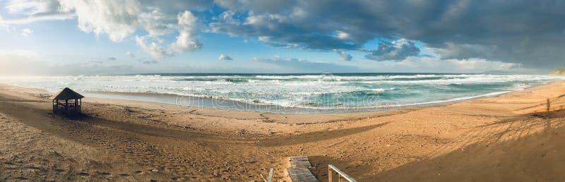 处女地中海海滨风景全景在斯基克达,阿尔及利亚 免版税库存照片