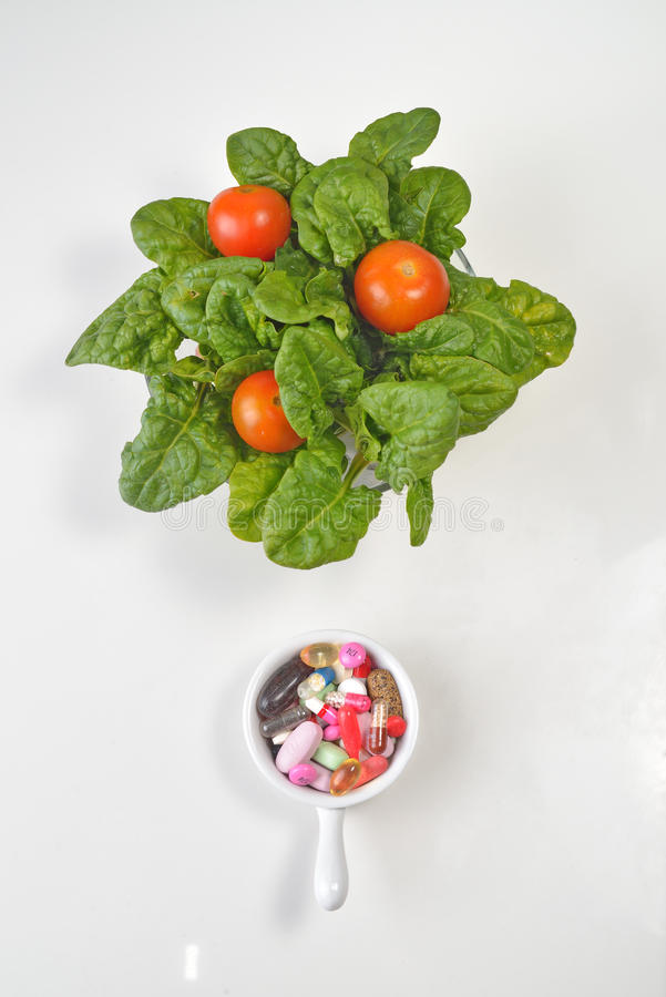 处方药片和医学疗程药物对菠菜沙拉 免版税库存图片