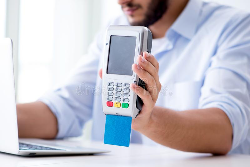 处理与pos终端的人信用卡交易 库存照片