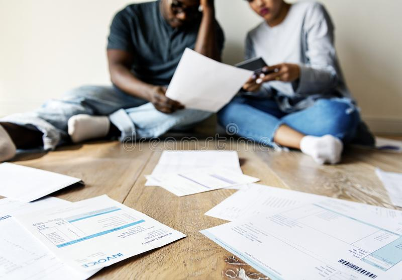处理债务的夫妇 免版税图库摄影