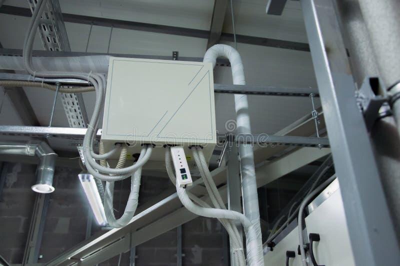 处理单位的空气DX卷的严密控制小卧室在工业透气屋子 免版税库存照片