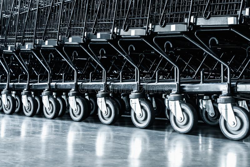 处理在超级市场商店,台车路辗的手推车和区域行在部门商店 商业消费者服务和 免版税图库摄影