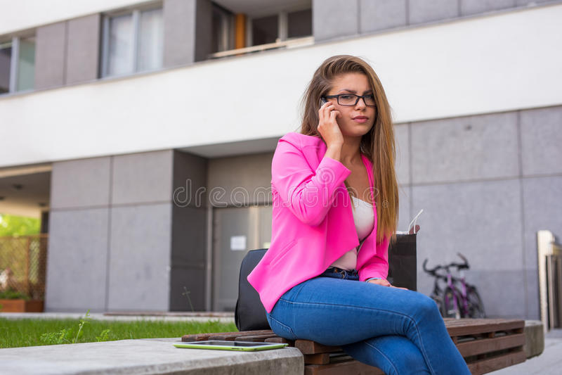 处理她的酸碱度的客户的美丽的年轻女实业家 免版税库存图片