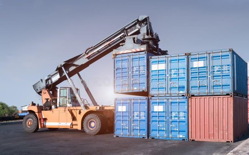 处理容器的货物铲车 免版税库存图片