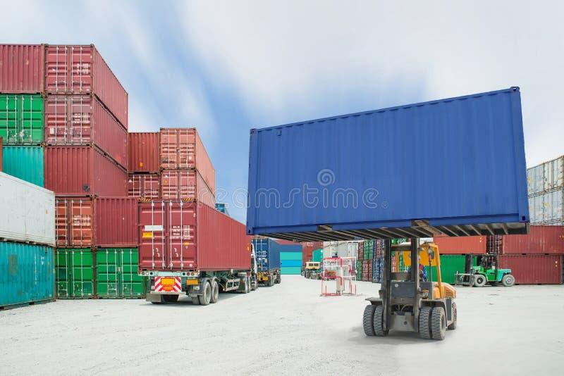 处理容器箱子的铲车装载对卡车在进口商展 免版税图库摄影