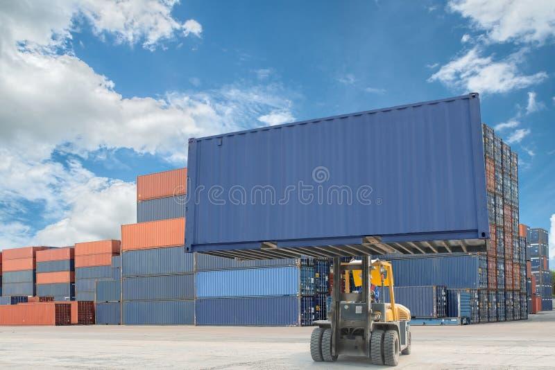 处理容器箱子的铲车装载对卡车在进口expor 免版税图库摄影