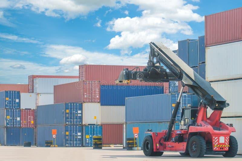 处理容器箱子的铲车装载对卡车在进口expor 免版税库存图片