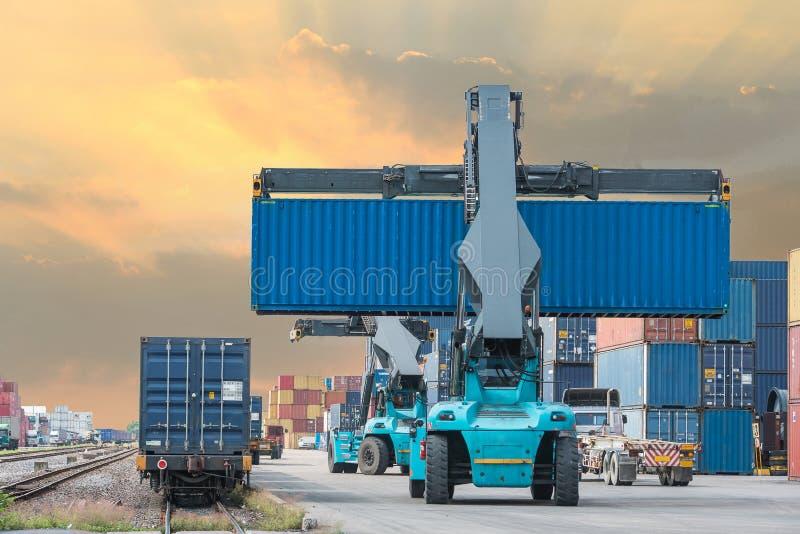 处理容器箱子的铲车装载对货车 库存图片
