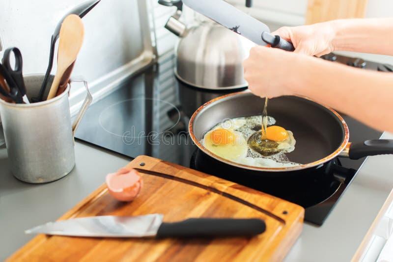 处理油煎的蛋煎锅厨房静物画 免版税库存图片