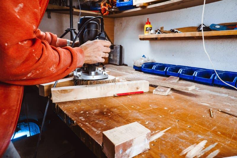 处理由一个机器的一个家具零件擦亮的树 在板,选择聚焦的磨床 库存照片