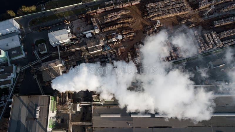 处理的工厂树 从烟囱的烟 免版税图库摄影