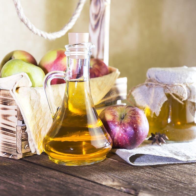 处理红色和绿色苹果一片农业庄稼  家庭装于罐中,健康饮食素食食物 加香料的苹果汁醋 免版税库存照片