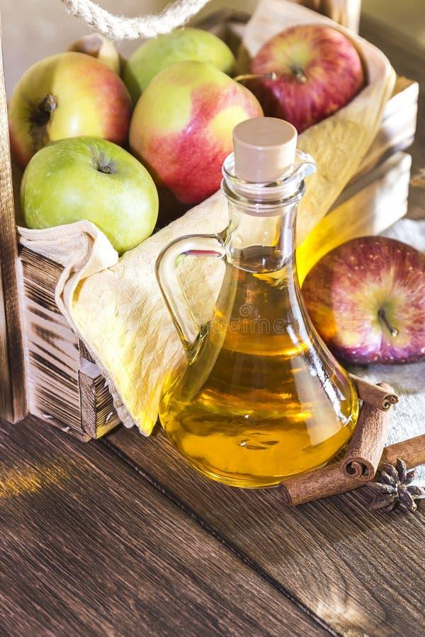 处理红色和绿色苹果一片农业庄稼  家庭装于罐中,健康饮食素食食物 加香料的苹果汁醋 库存图片