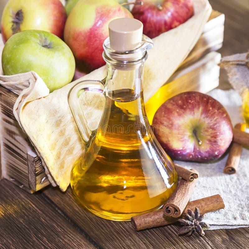 处理红色和绿色苹果一片农业庄稼  家庭装于罐中,健康饮食素食食物 加香料的苹果汁醋 库存照片