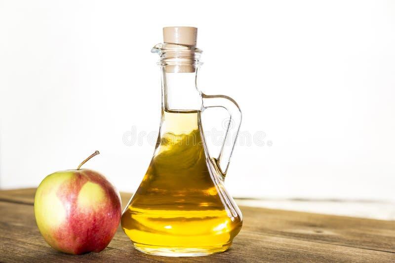处理红色和绿色苹果一片农业庄稼  家庭装于罐中,健康饮食素食食物 苹果汁醋,汁液 免版税库存照片