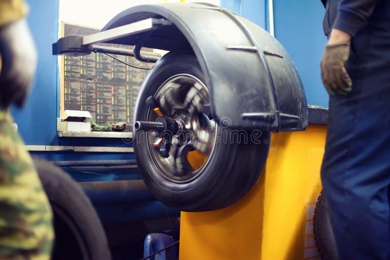 处理轮胎服务,汽车,工作者轮胎轮子在行动的 库存照片