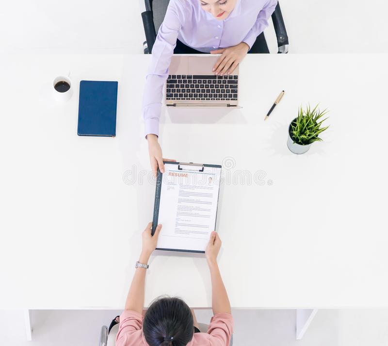 处理采访简历的妇女对HR 免版税库存照片