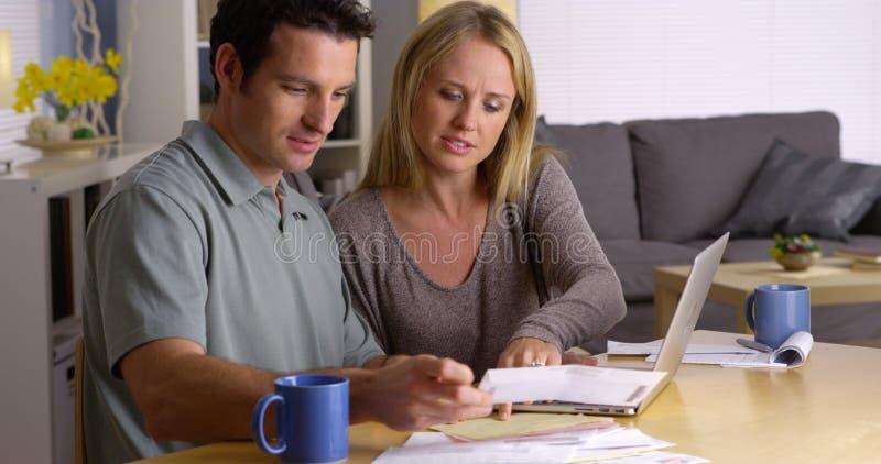 处理他们的票据的夫妇 免版税库存照片