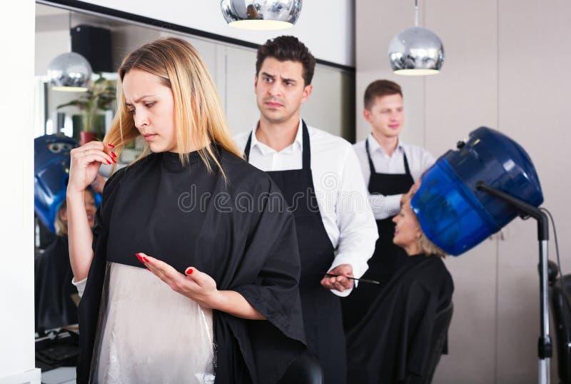 责备坏理发的妇女美发师 库存图片