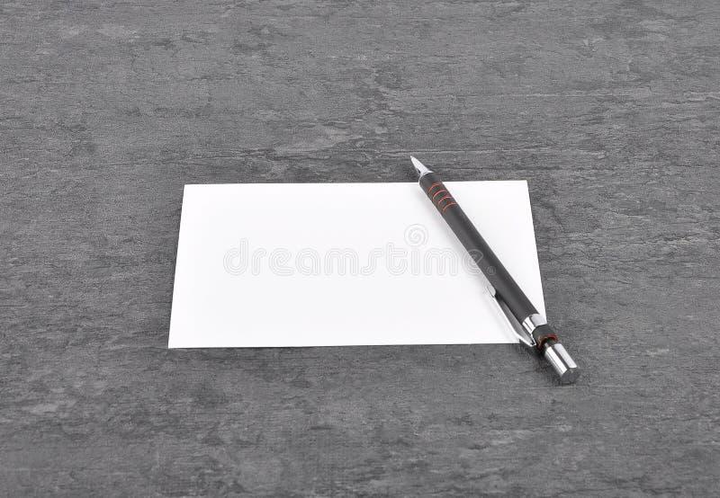 备忘录和笔在板岩 免版税图库摄影