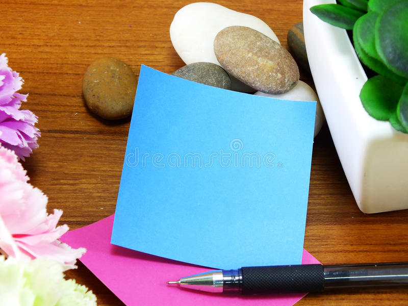 备忘录纸和笔在木背景 库存图片