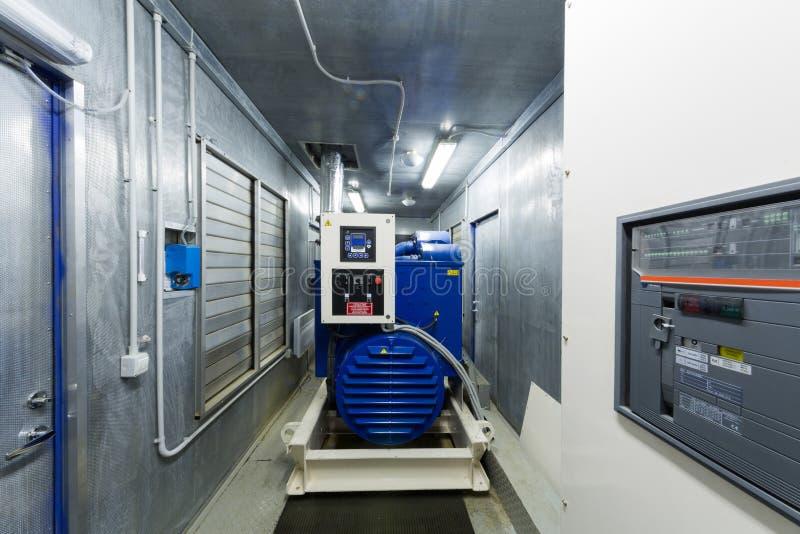 备用力量的柴油发电器在屋子里 免版税库存照片