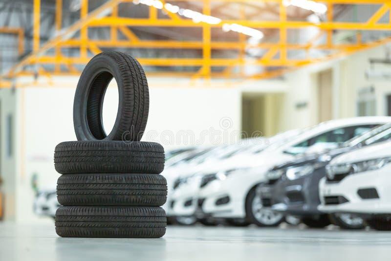 备胎汽车、季节性轮胎变动、汽车维护和服务中心 车轮胎修理和替换设备 库存照片