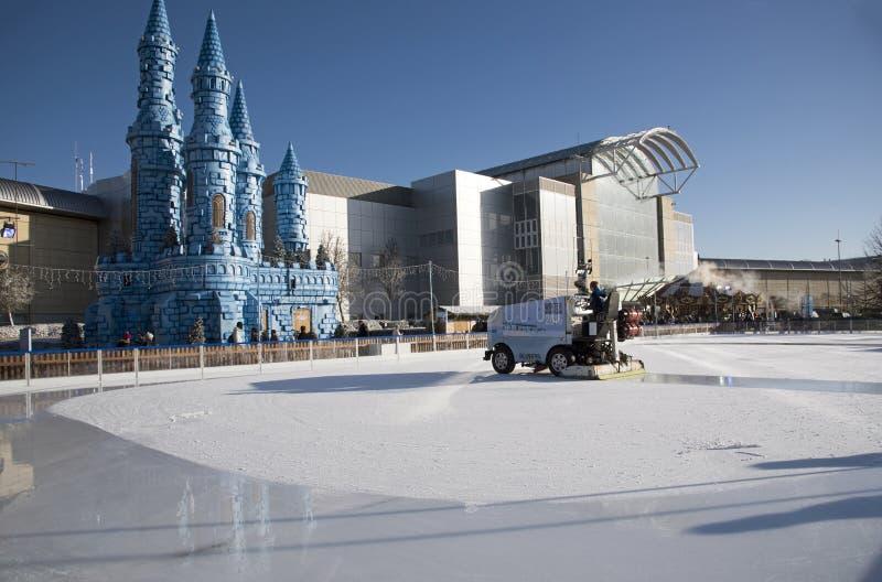 复出在滑冰场的冰车 免版税库存图片