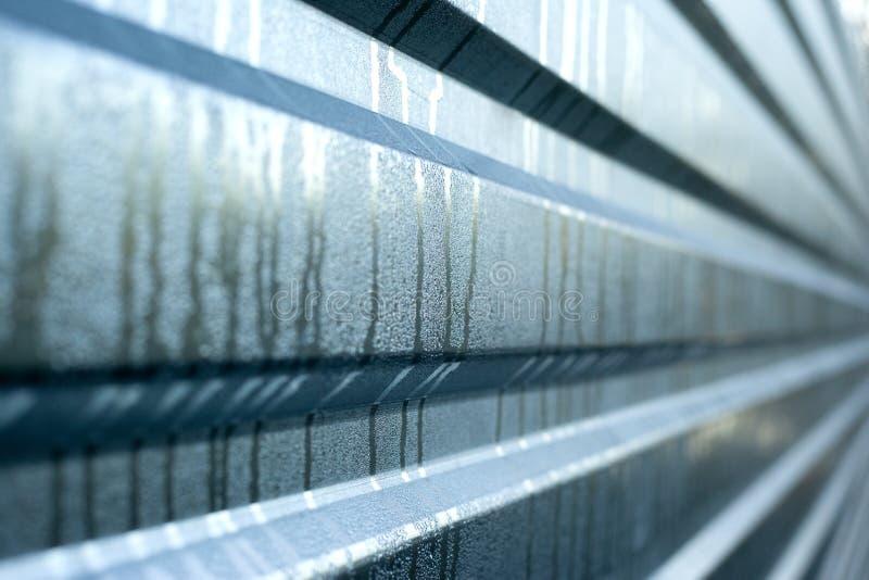 复制空间用湿金属板、金属肋银背景 库存照片