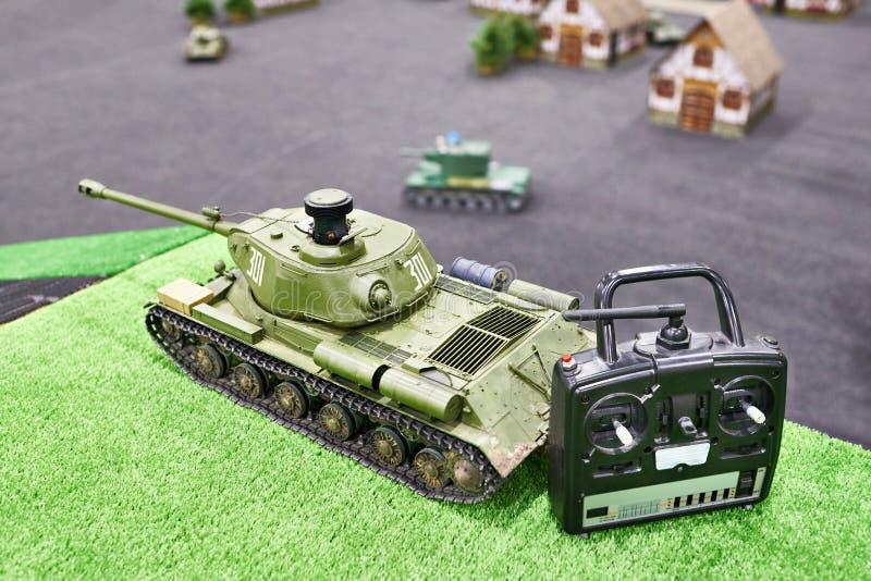 复制IS-2无线电操纵苏联重的坦克和控制板 免版税库存图片