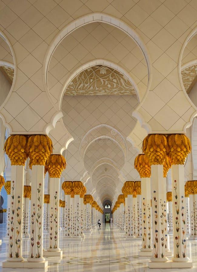 复发的东方拱道在阿布扎比盛大清真寺 图库摄影