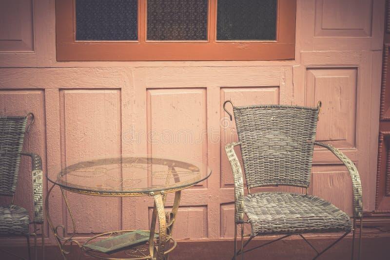复古桌和椅子用柳条编织而成 免版税图库摄影