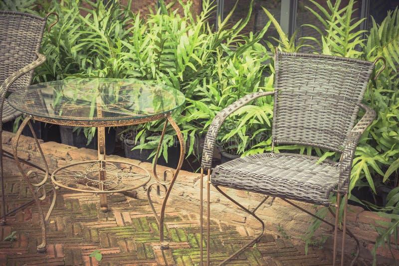 复古桌和椅子用柳条编织而成 免版税库存照片