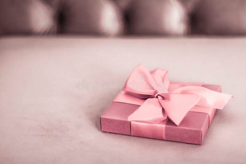 复古豪华假日红粉色礼盒,带丝带和蝴蝶结、圣诞节或情人节装饰 库存照片