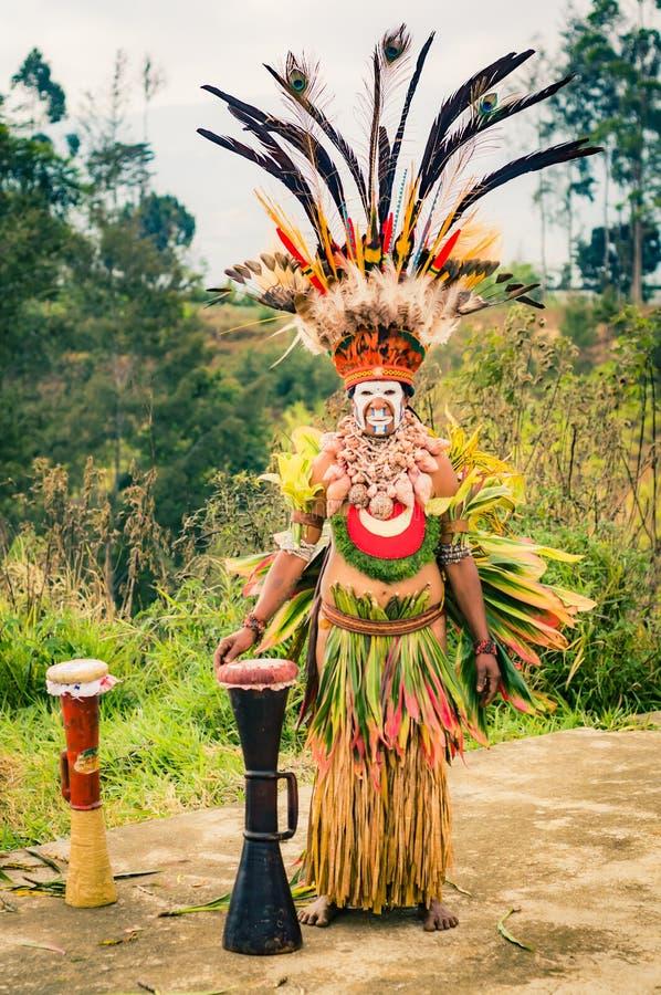 复杂服装的人在巴布亚新几内亚 库存图片