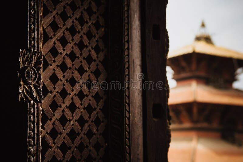 复杂木头被雕刻的窗口,尼泊尔 免版税库存图片