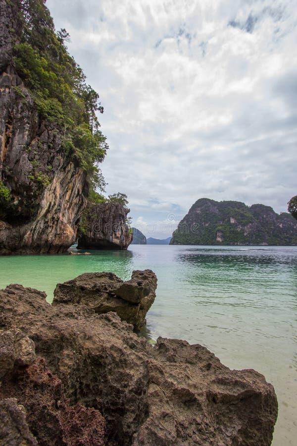 复杂石灰石围拢的小海湾,软的白色沙子海滩和绿宝石在装货islandParadise海岛上色海在Krabi 免版税库存照片