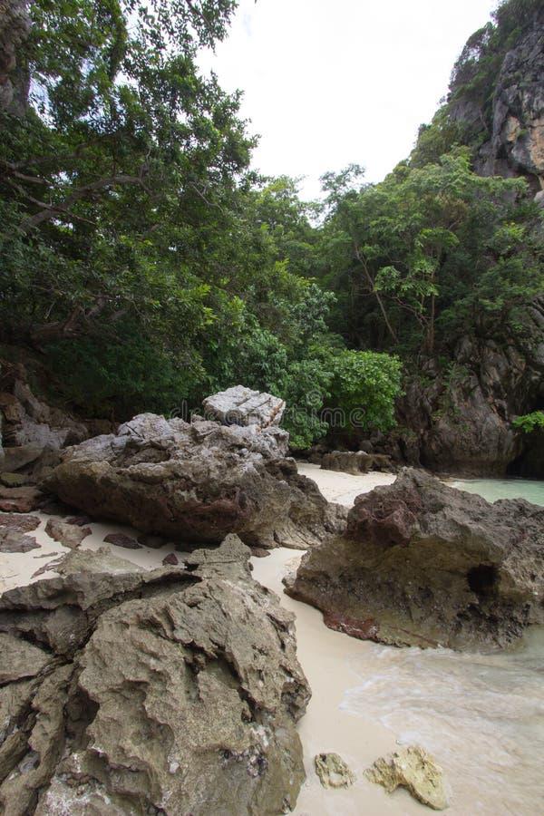 复杂石灰石围拢的小海湾,软的白色沙子海滩和绿宝石在装货islandParadise海岛上色海在Krabi 库存图片