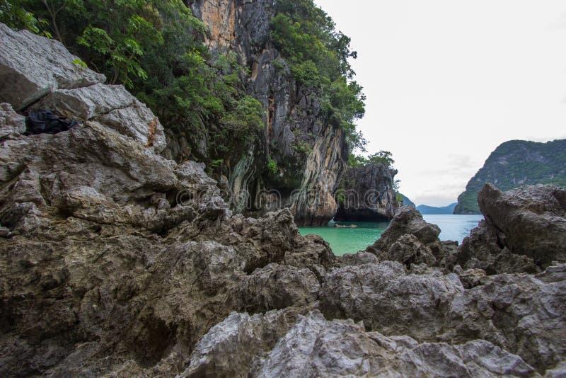 复杂石灰石围拢的小海湾,软的白色沙子海滩和绿宝石在装货islandParadise海岛上色海在Krabi 库存照片