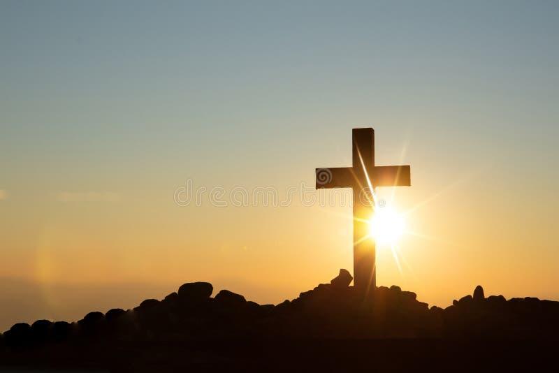 复活概念:耶稣基督十字架在十字架上钉死在日落的 库存图片