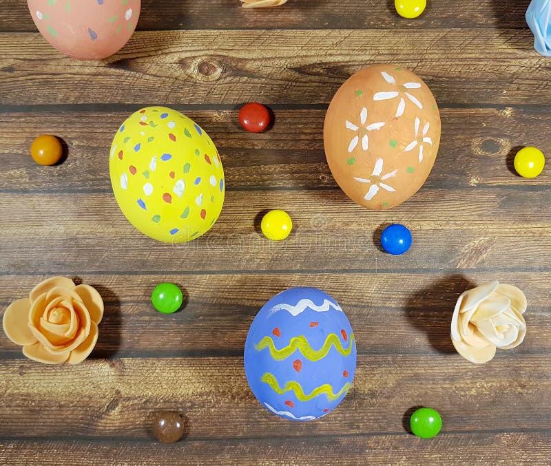 复活节上色了蛋蓝色背景糖果传统弹簧 免版税库存图片