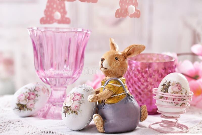 复活节与黏土兔宝宝小雕象的桌装饰 库存照片