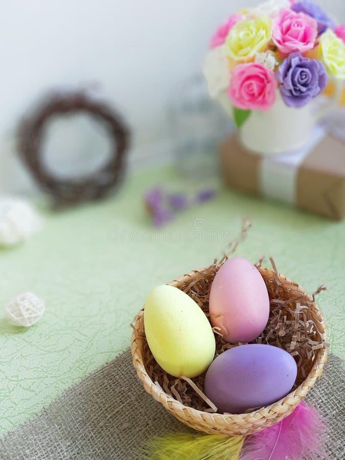 复活节假日概念 在篮子的被绘的鸡蛋在被弄脏的背景 库存图片